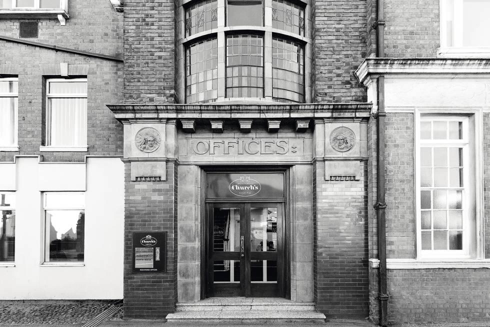 Al servicio de su Majestad. El exterior de la fábrica Church's en Northampton, donde todavía hoy se fabrican todos los zapatos de la casa, sigue igual que cuando la visitó la Reina en 1965. Algunas habitaciones, con sus paneles de madera, podrían haber sido usados como decorado para The crown. Solo que el nombre Church's, registrado en 1873, es más antiguo que la casa Windsor: Jorge V lo acuñó en 1917.