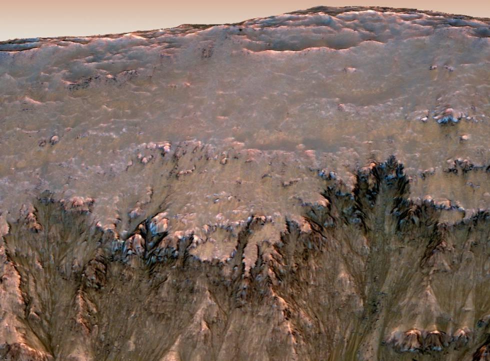 Posibles rastros de agua líquida en Marte fotografiadas por la sonda 'MRO'.