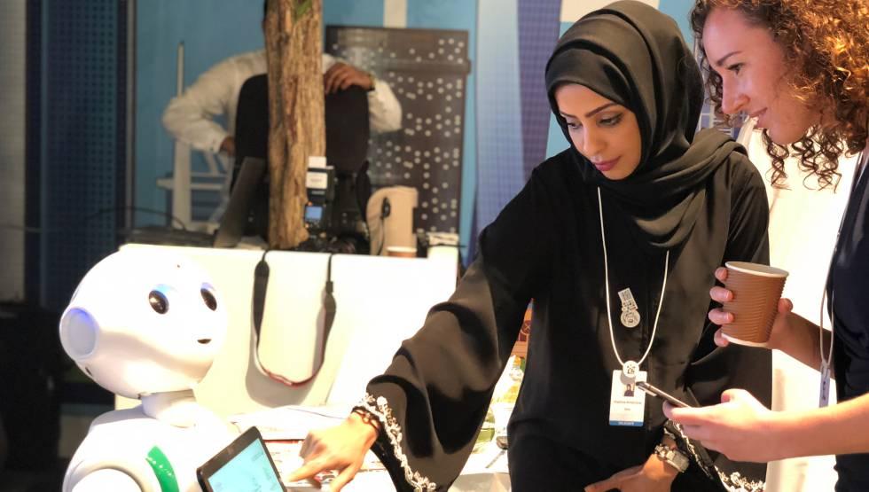 Dos mujeres en el foro de datos que se celebra en Dubái.