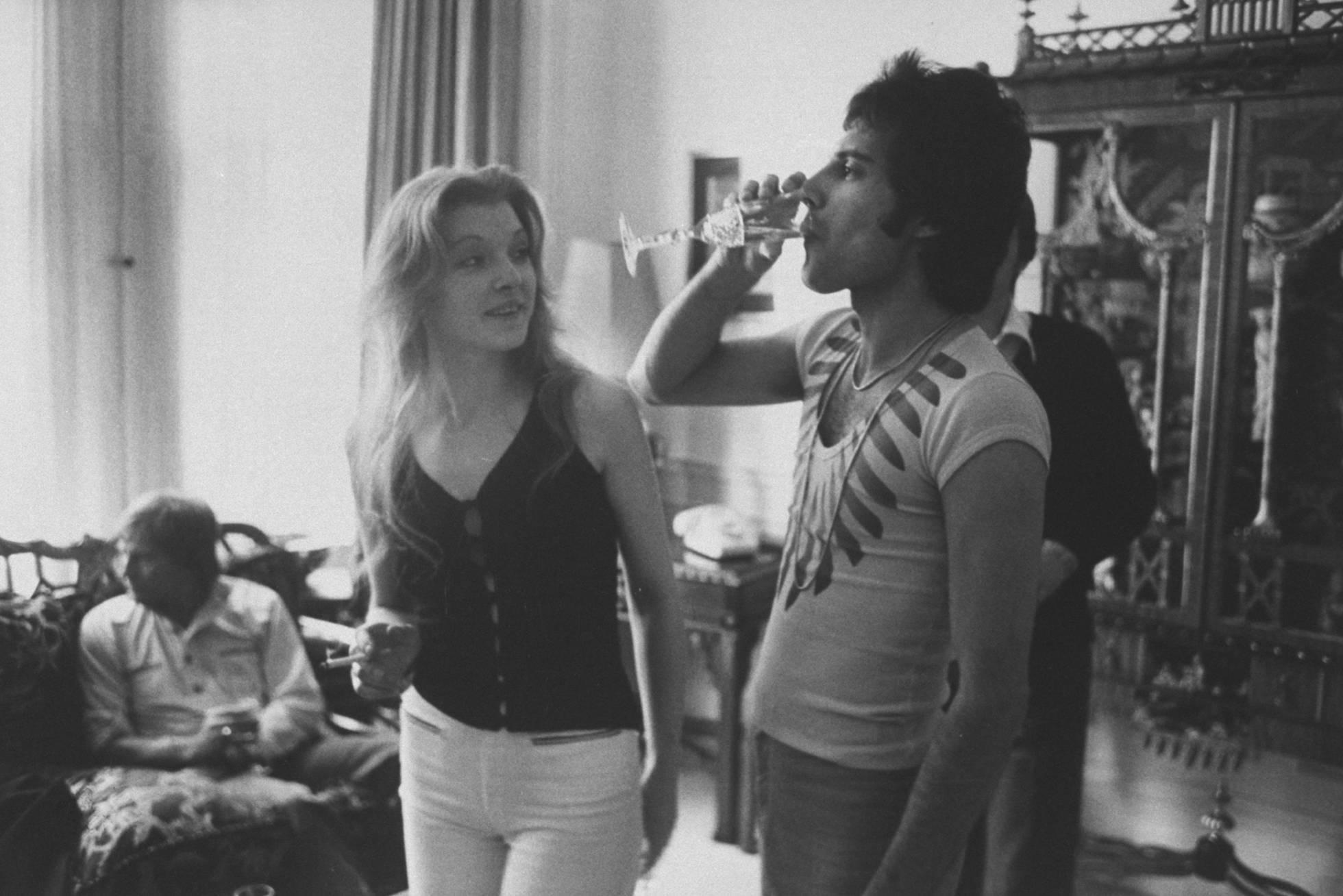 Freddie Mercury y Mary Austin, en una fiesta organizada en casa del primero en 1977. Getty Images