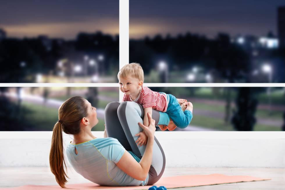 Un niño hace ejercicio con su madre.