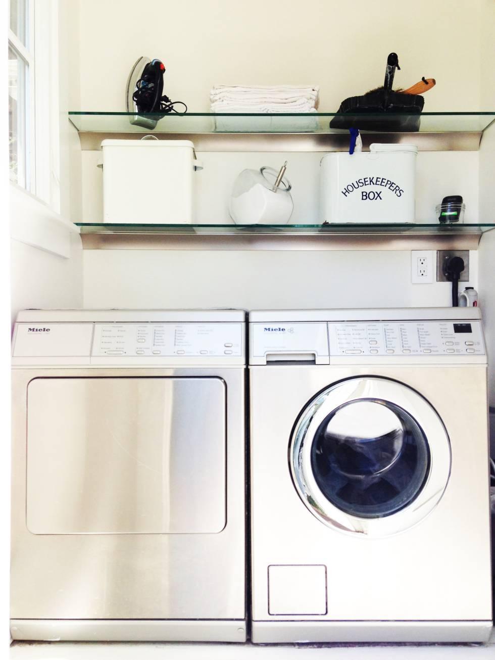 La zona de lavadora y secadora de Bea Johnson, con detergente en polvo a granel y otros productos no contaminantes.