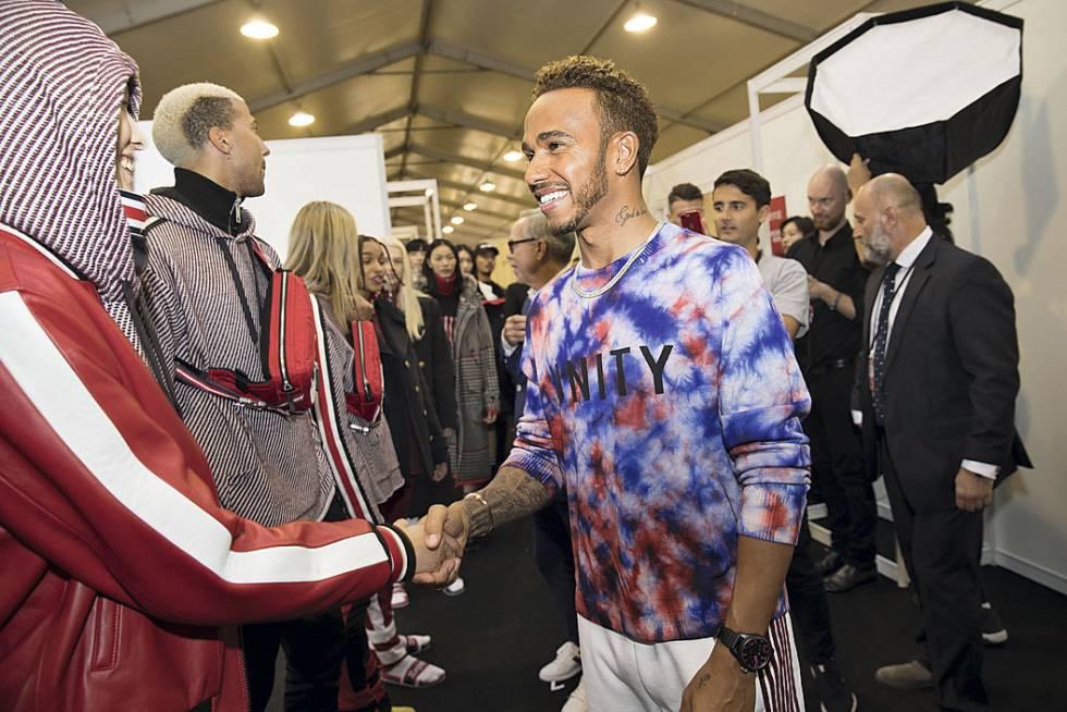 Lewis Hamilton saludó a todos los modelos después del  show . Desde hace  varias 71ab60c325442