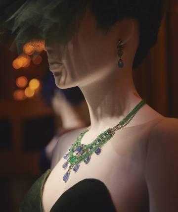 Sobre uno de los maniquíes expuestos en el hotel Shangri-La de París, un conjunto de collar y pendientes diseñados en platino, con zafiros, esmeraldas y diamantes.