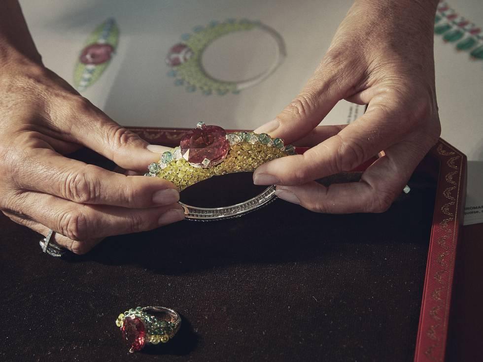 Conjunto de anillo y pulsera en oro blanco, con una rubelita, crisoberilos, turmalinas y diamantes. El personal muestra las piezas y los bocetos de las mismas para explicar el proceso creativo a los presentes.
