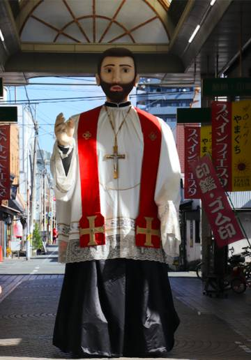 Figura gigante del misionero navarro