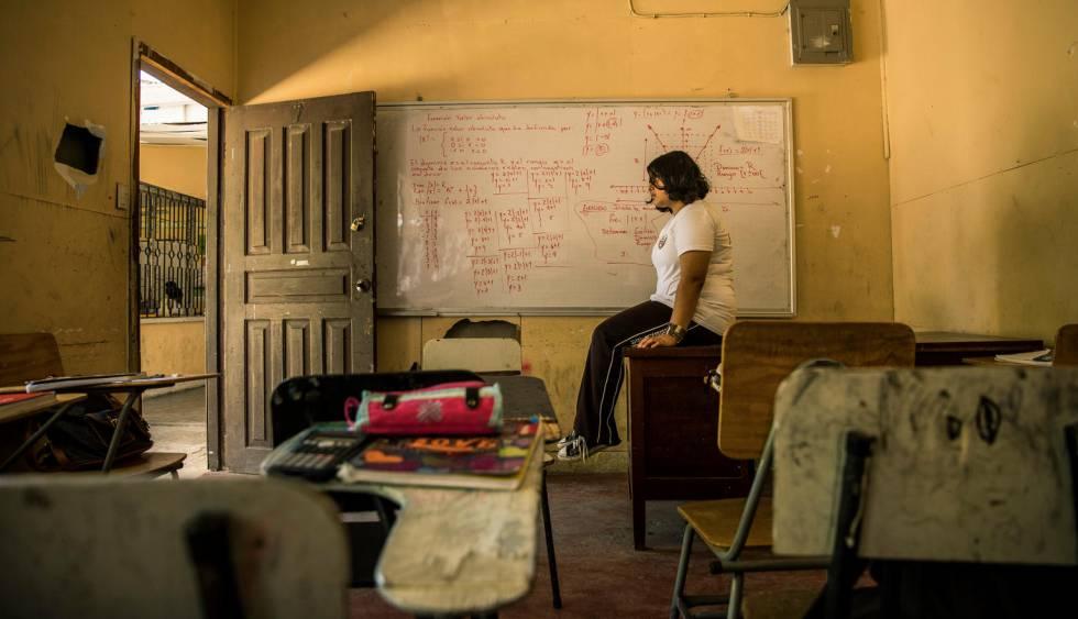Geraldine Suzette Matute, de 16 años, en una de las aulas de su colegio, en Honduras.. La niña ha sido víctima del 'bullying' en varias escuelas, lo que le ha acarreado una depresión.