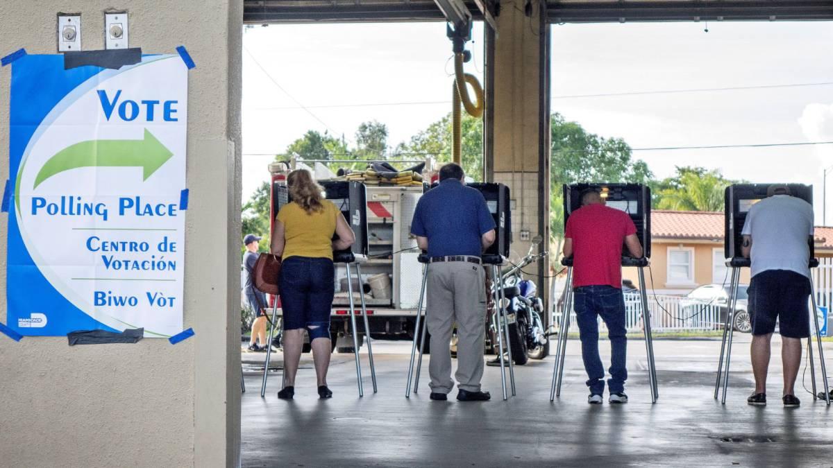 Varias personas votan este martes en Hialeah, Florida.