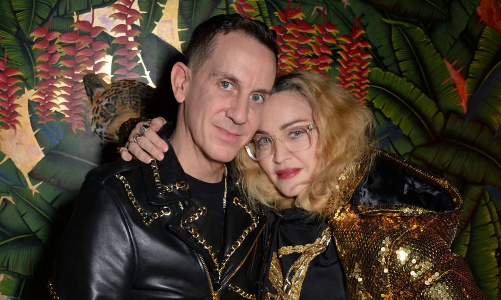 Jeremy Scott y Madonna en el lanzamiento de la colección de Moschino para  H M en Londres a95ef39f883
