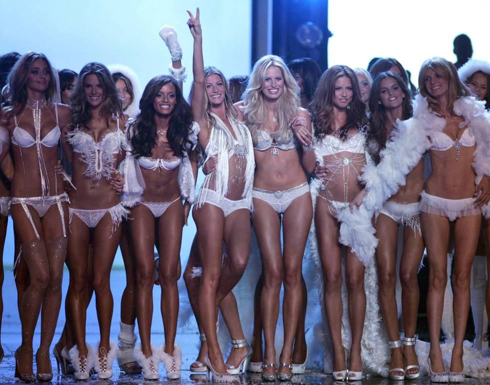 Gisele Bündchen rodeada de otros ángeles de Victoria's Secret, durante el desfile de 2006.