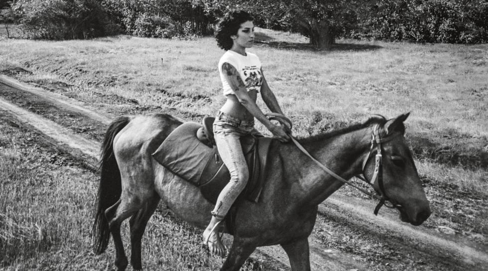 A cantora Amy Winehouse, em outra imagem inédita publicada no livro 'Amy Winehouse by Blake Wood'.