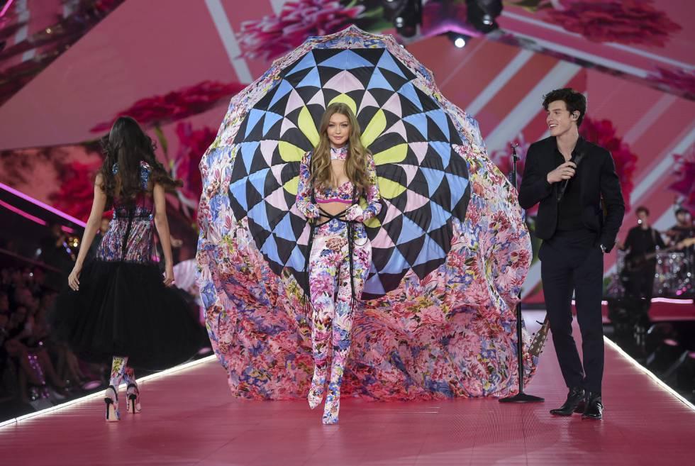 Gigi Hadid junto a Shawn Mendes en el desfile de Victoria's Secret 2018, en Nueva York.