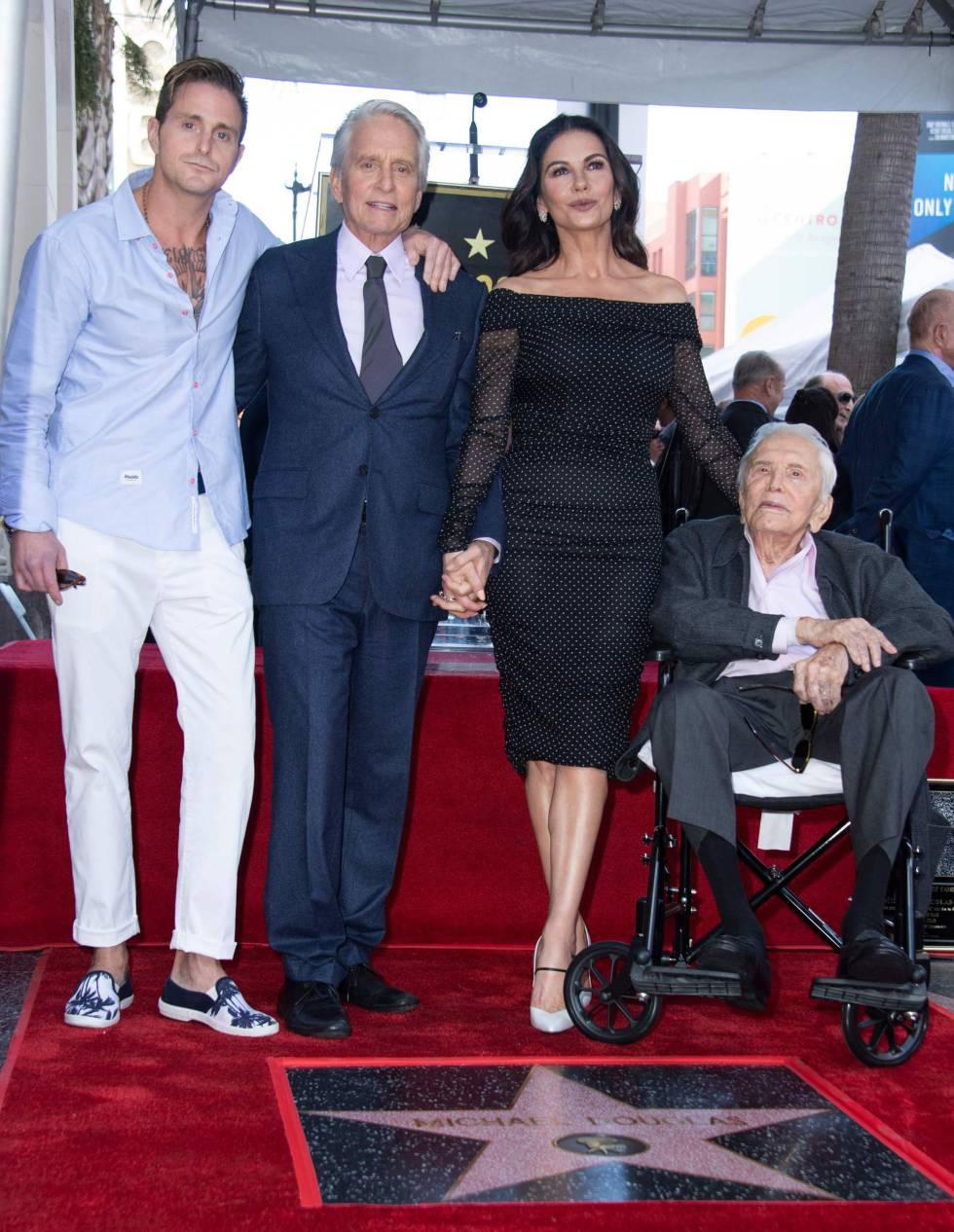 Cameron Douglas, Michael Douglas, Catherine Zeta-Jones y Kirk Douglas en el Paseo de la Fama de Hollywood, el 6 de noviembre de 2018.