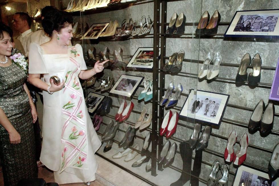 Imelda Marcos y parte de su famosa colección de zapatos.