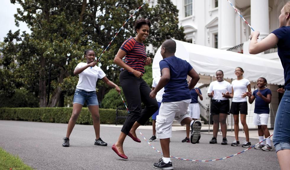 Michelle brinca com suas filhas e amigos no jardim da Casa Branca.