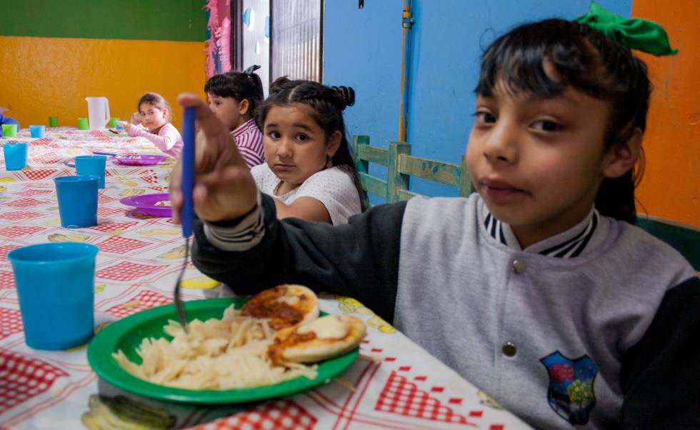 En la Casa del Niño de la Fundación Che Pibe, dan de comer a decenas de niños de seis a 13 años de Villa Fiorito.