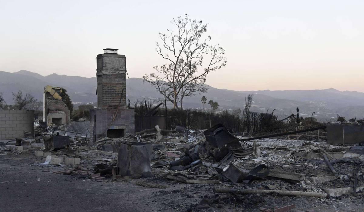 Casas destruidas por el fuego en Malibú, con las montañas de Santa Mónica al fondo.