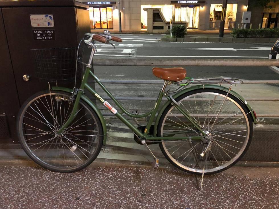 Bicicleta estacionada na rua sem grandes medidas de segurança.