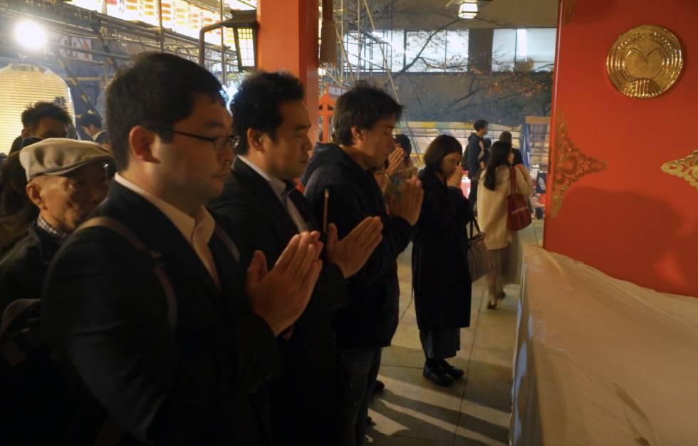 Japoneses rezando em um templo.
