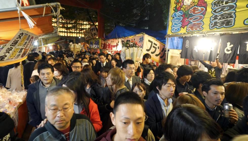 Fila para entrar no santuário Hanazono de Shinjuku (Tóquio) durante o Festival Otori.