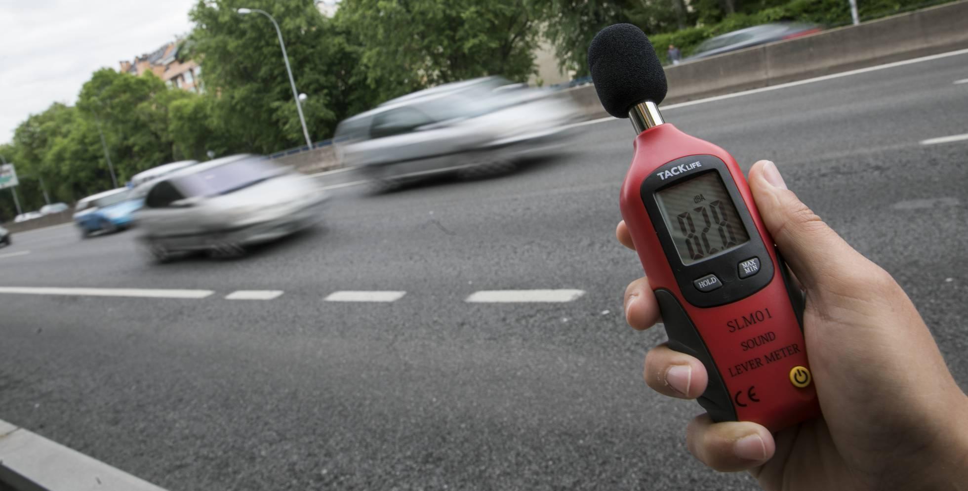 Medición de sonido en la autovía de Extremadura. CARLOS ROSILLO :: elpais.com