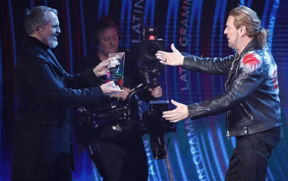 El vocalista de Maná, Fher Olvera, recoge el premio de Persona del Año en los premios Grammy Latino de manos de Miguel Bosé.