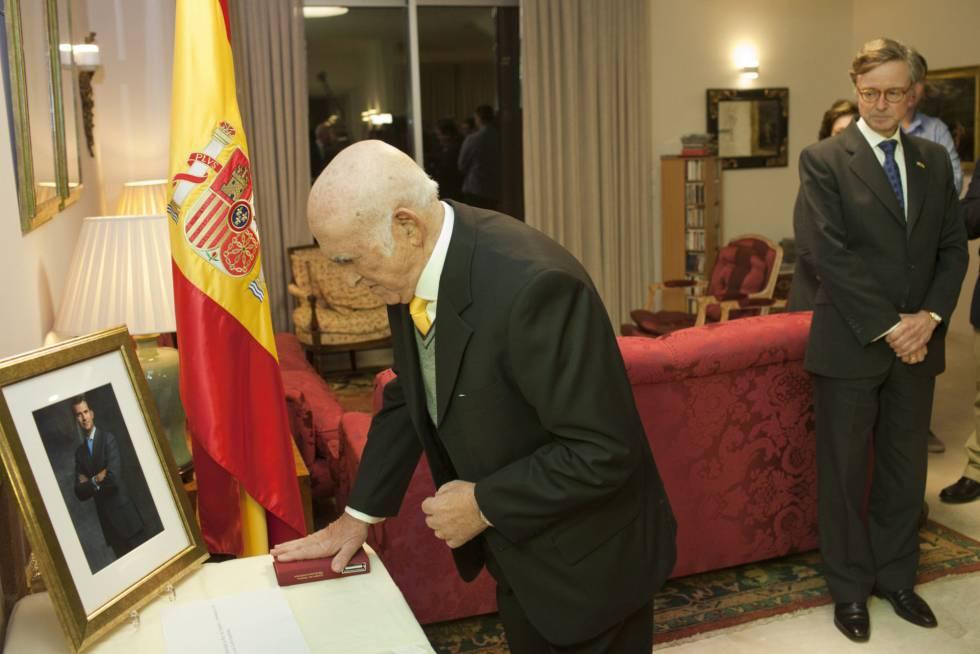 מרקו מאיאס בטקס האזרחות הספרדי שלו.