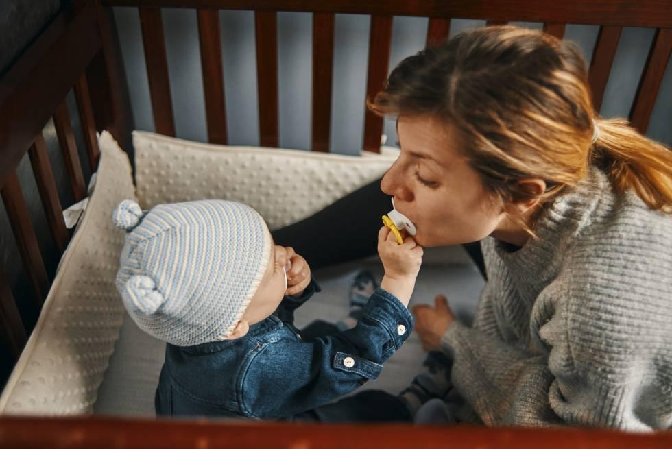 Limpiar el chupete de tu bebé con tu saliva beneficia su salud, según un estudio