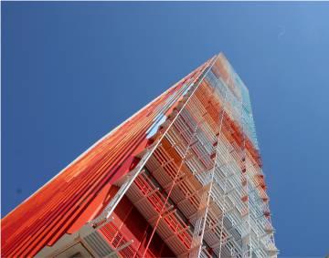 La Marseillaise, torre de oficinas que Nouvel acaba de inaugurar en la ciudad francesa, está cubierta de módulos de hormigón pintados en matices de azul, blanco y rojo.