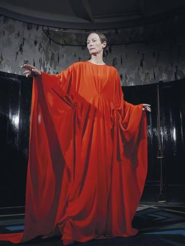 Tilda Swinton, vestida para hechizar por Giulia Piersanti en larn nueva versión de 'Suspiria'.