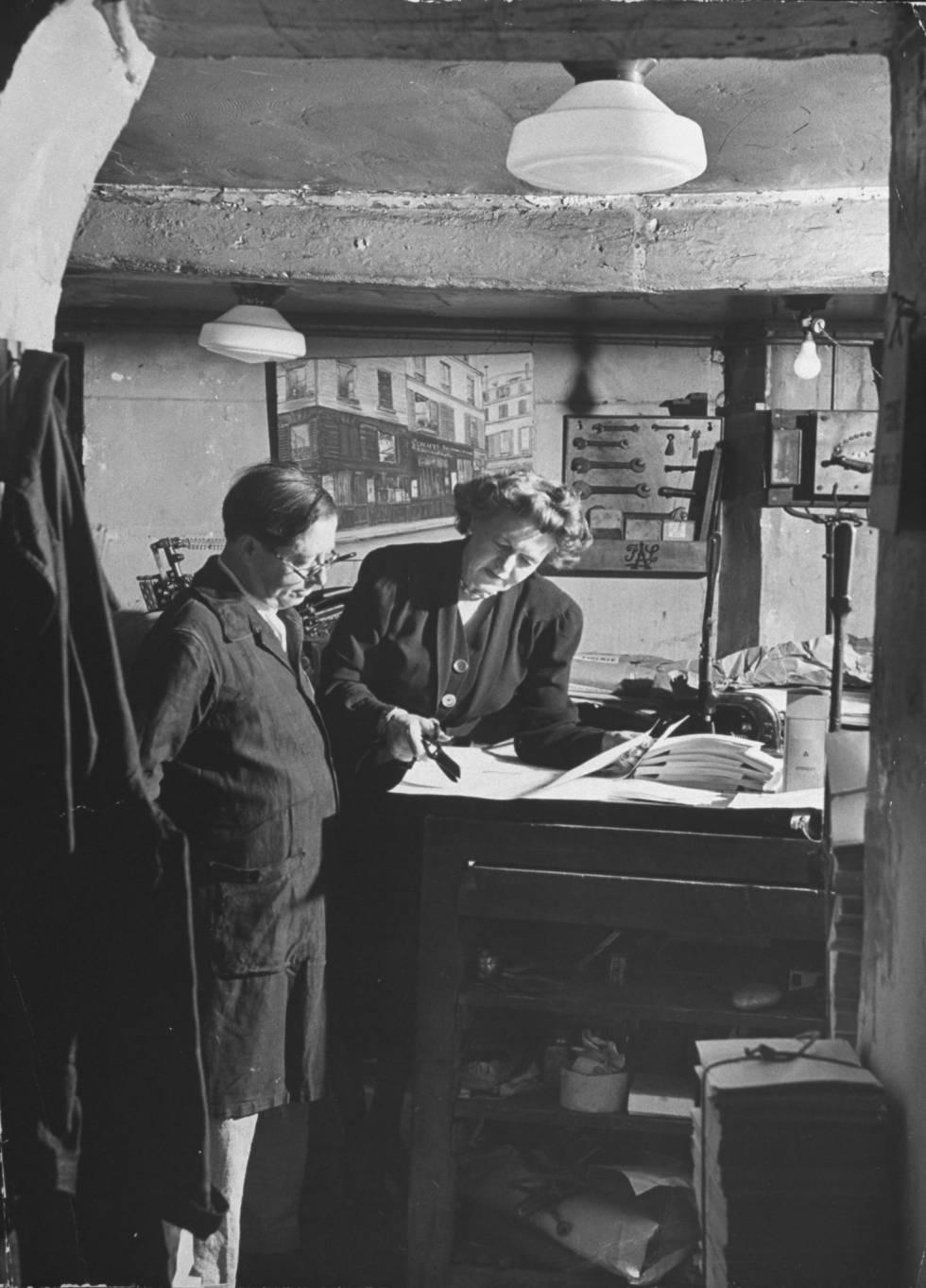 Caresse Crosby y el editor Roger Lescaret en París en 1947.