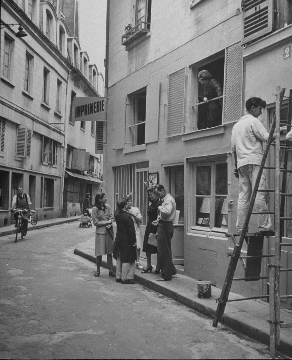 Caresse Crosby con unos amigos en la puerta de una imprenta en la Rue Cardinale, París.