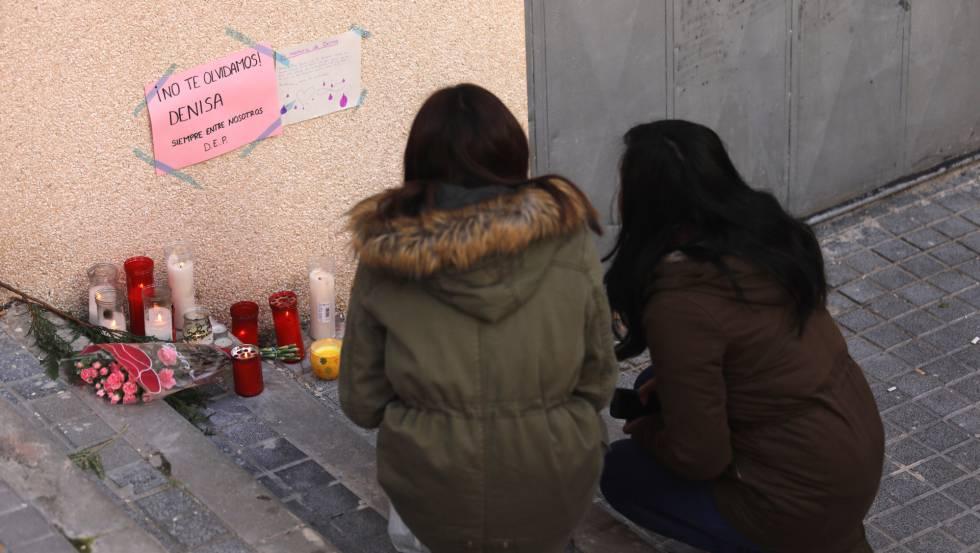 Flores en recuerdo de Denisa, asesinada el pasado domingo en Alcorcón.