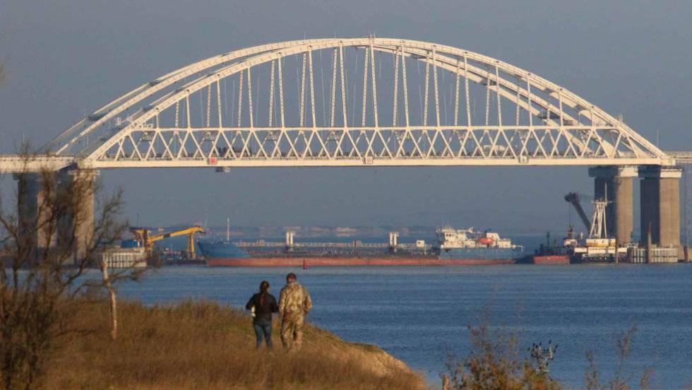 Un carguero ruso bloquea este domingo el paso de barcos en el estrecho de Kerch, debajo del puente que conecta Rusia con Crimea.