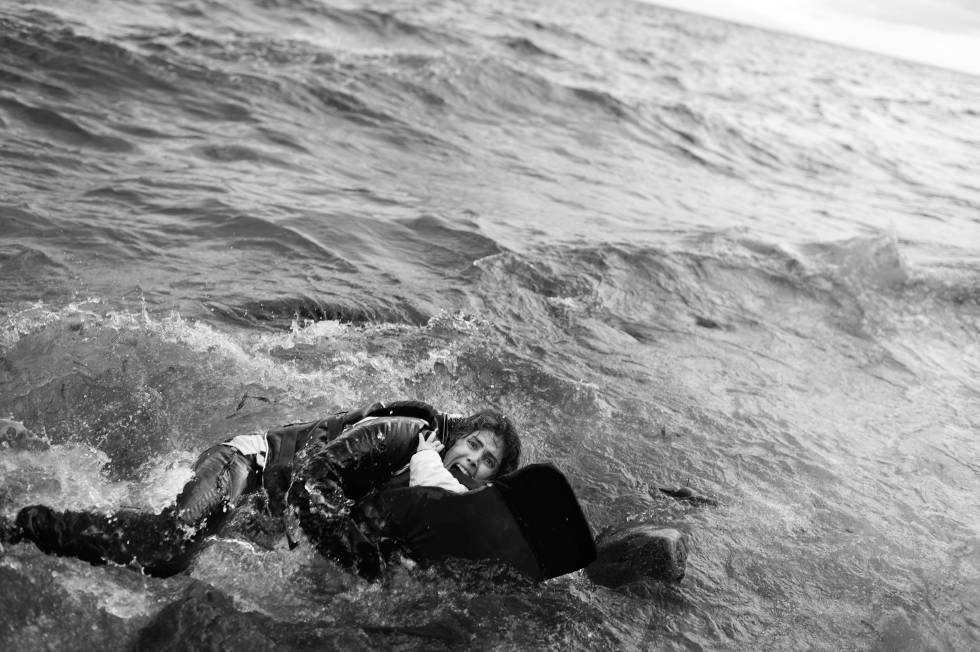 Una madre abrazada a su hijo en el agua en la costa de Lesbos. Premio 2016.