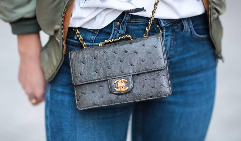 Un bolso de avestruz de Chanel, en una imagen tomada en París en mayo de 2016.