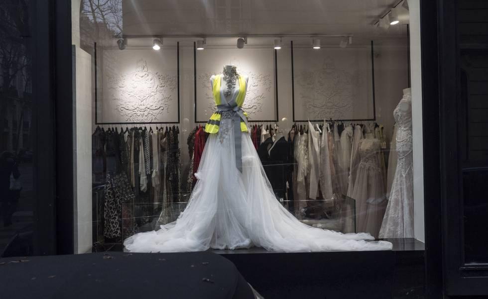 5dc7c5127 Vestido de novia de la tienda de lujo Stéphane Bianca con un chaleco  amarillo.