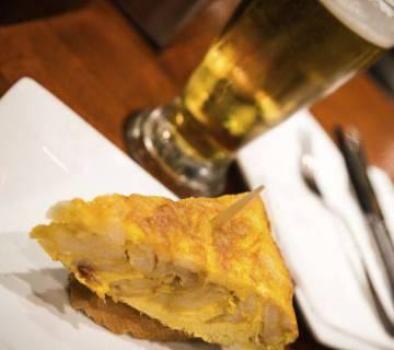 """""""La tortilla de patata sin cebolla es un engendro"""", asegura el cocinero Eneko Sukaldari, uno de los hombres más apasionados en el ámbito de las tortillas de patata en España."""