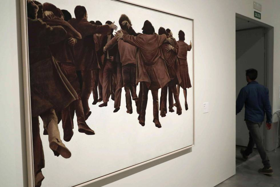 Exposición del cuadro 'El abrazo' de Juan Genovés en la exposición