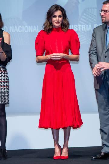 9420f93cd082 La reina Letizia lleva un vestido que se puso doña Sofía en 1982 ...