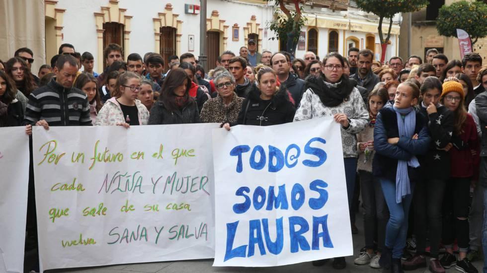 Minuto de silencio en la plaza de Campillos (Huelva) por la muerte de Laura Luelmo. rn