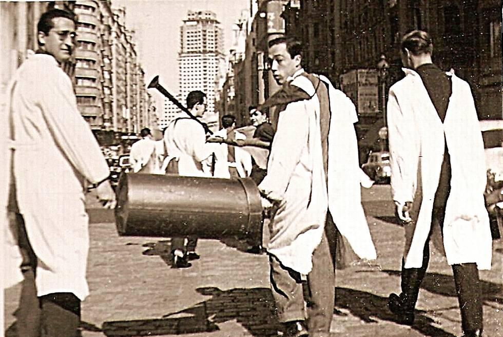 Mudanza en 1958 por la Gran Vía hacia la Ciudad Universitaria de Madrid.