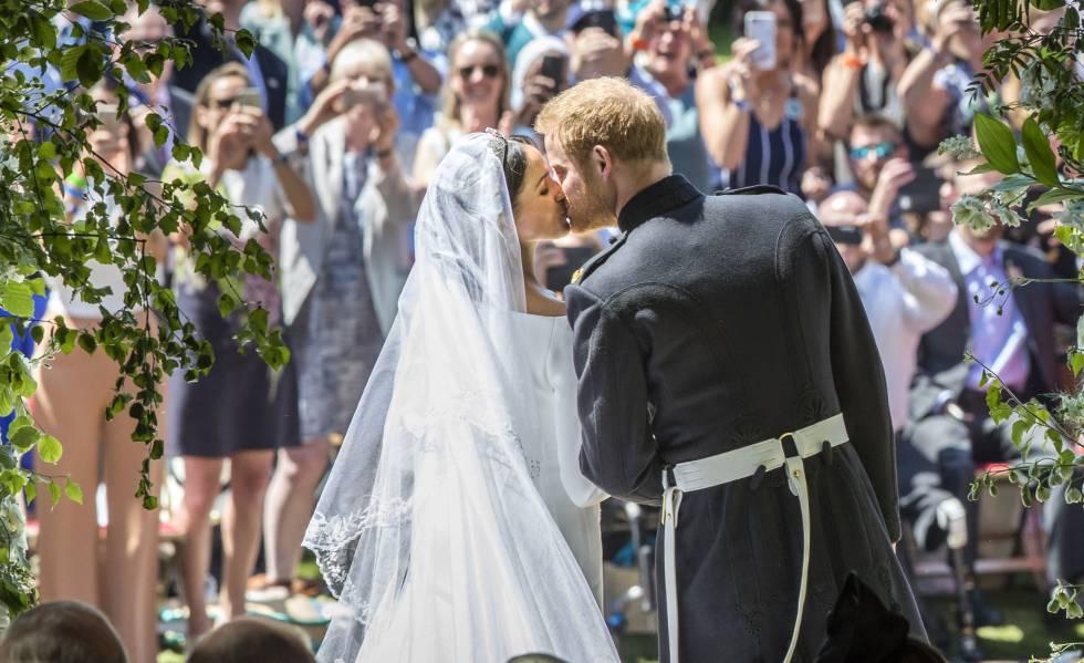 El príncipe Enrique y Meghan Markle se besan tras contraer matrimonio.