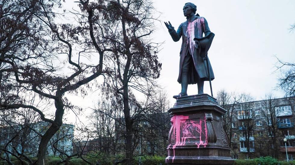 Estatua de Immanuel Kant en Kaliningrado, tras ser atacada por vándalos. rn