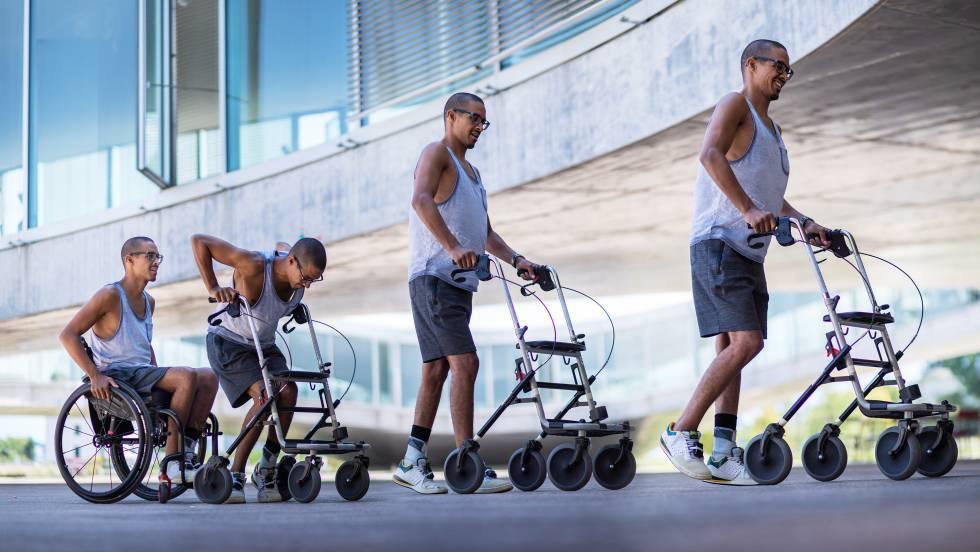 El parapléjico David Mzee se levanta y camina, en una composición fotográfica, tras serle implantado un electrodo.