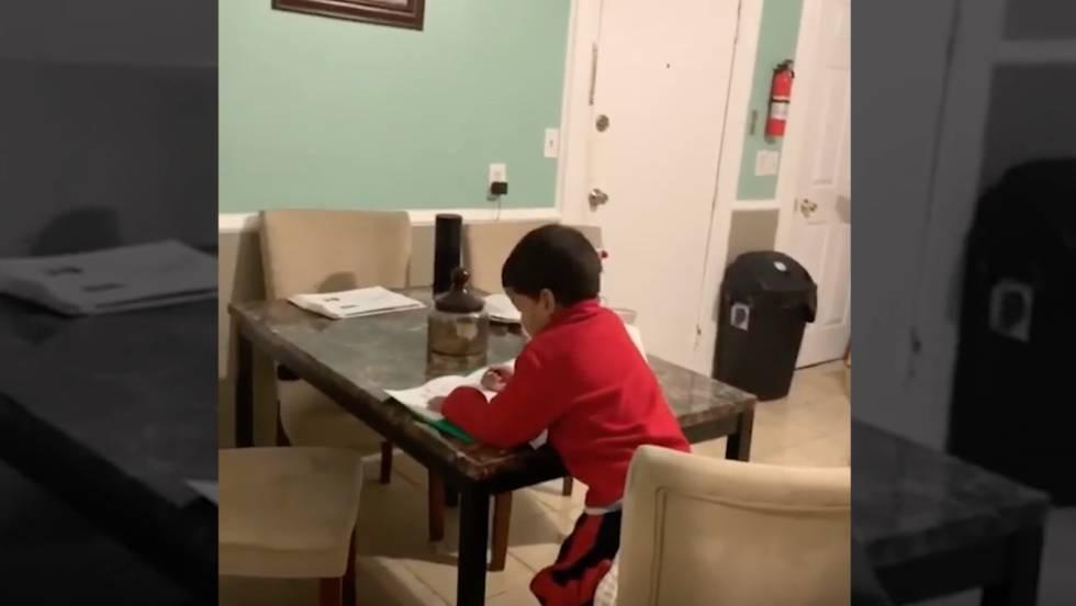 Em vídeo, menino de seis anos pede a Alexa que faça a lição de casa.