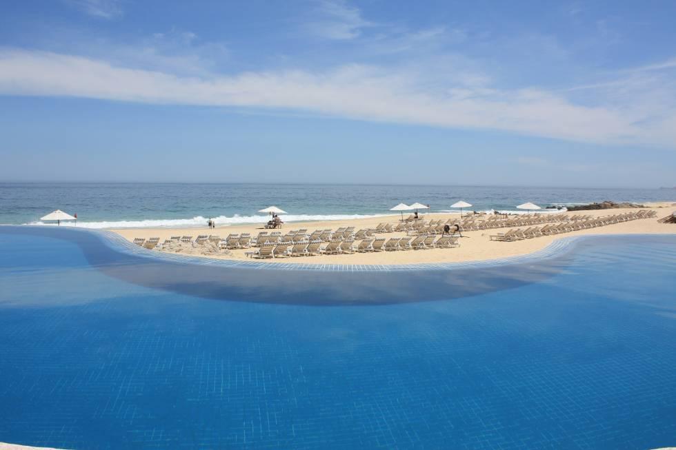 Piscina con vistas al Pacífico en el hotel Westin Los Cabos en la península de Baja California, México.