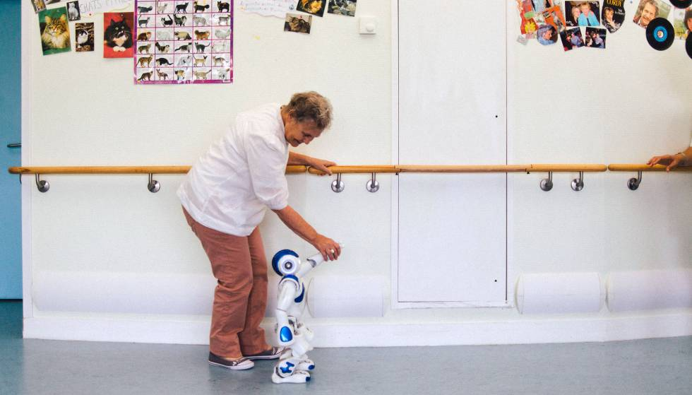 O robô ajuda uma paciente em reabilitação a caminhar.
