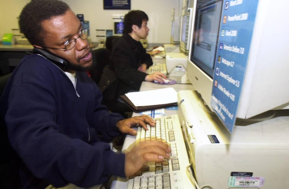 El periodista Jayson Blair trabajando en una redacción.