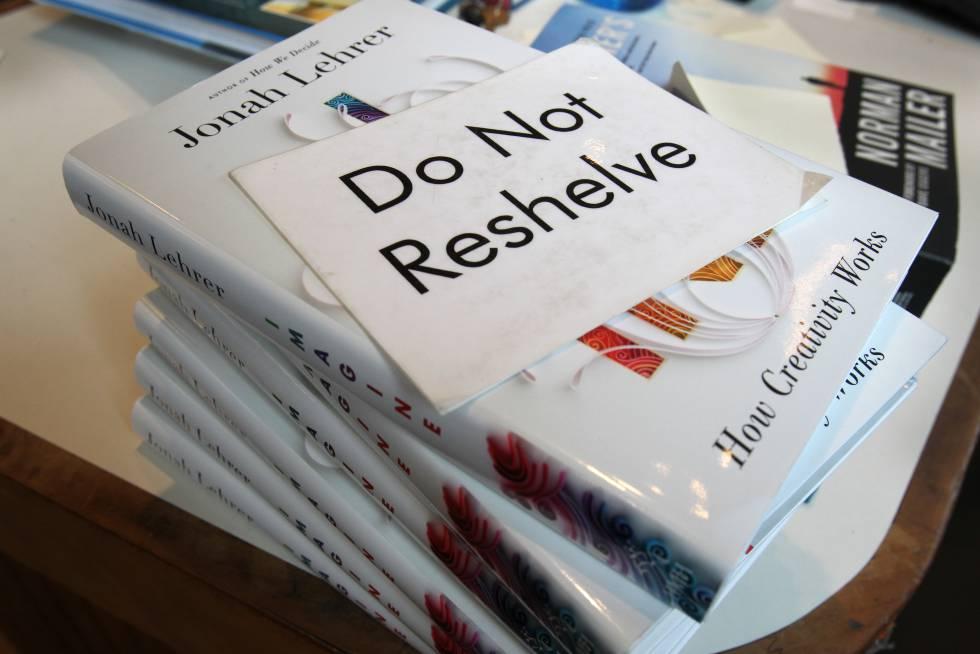 El libro de Jonah Lehrer donde se inventa declaraciones de Bob Dylan. El cartel (Do not reshelve) se puede traducir como: